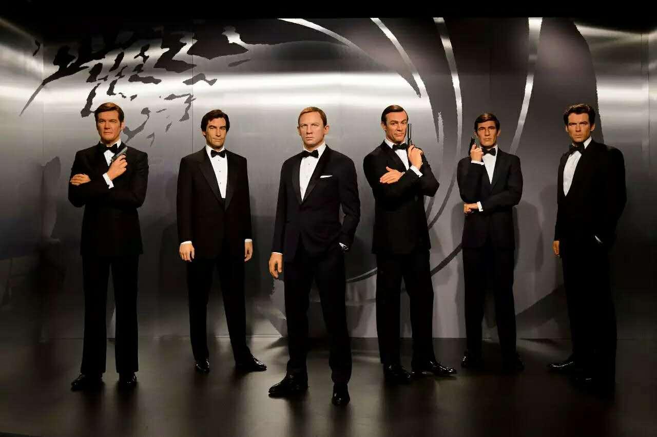 """邦德来了 刚刚上映的《幽灵党》延续了007系列紧张刺激、血脉偾张的情节。必不可少的英伦优雅与香车美女的激情碰撞,再加上伦敦、墨西哥城等地的绝美风景。那么,看《007:幽灵党》你必须知道的英国6大景点都有哪些? 1布莱尼姆宫Blenheim Palace 电影中,幽灵党们私下集会的拍摄地布莱尼姆宫是前英国首相丘吉尔的出生地,它也因此被称为""""丘吉尔庄园""""。布莱尼姆宫坐落在牛津郡。如果你对英式园林感兴趣的话,千万不要错过,恬静又不失气派的田园风情绝对不会让你失望。这里也因此成为很多著名影"""